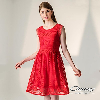 OUWEY歐薇 時尚縷空蕾絲無袖洋裝(紅)-動態show