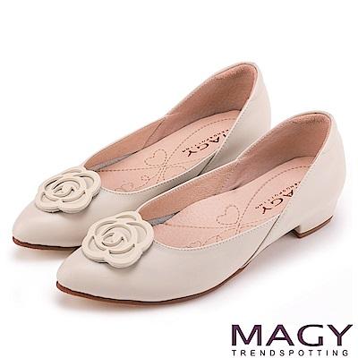 MAGY 輕甜女孩 真皮剪裁流線玫瑰五金低跟鞋-米色