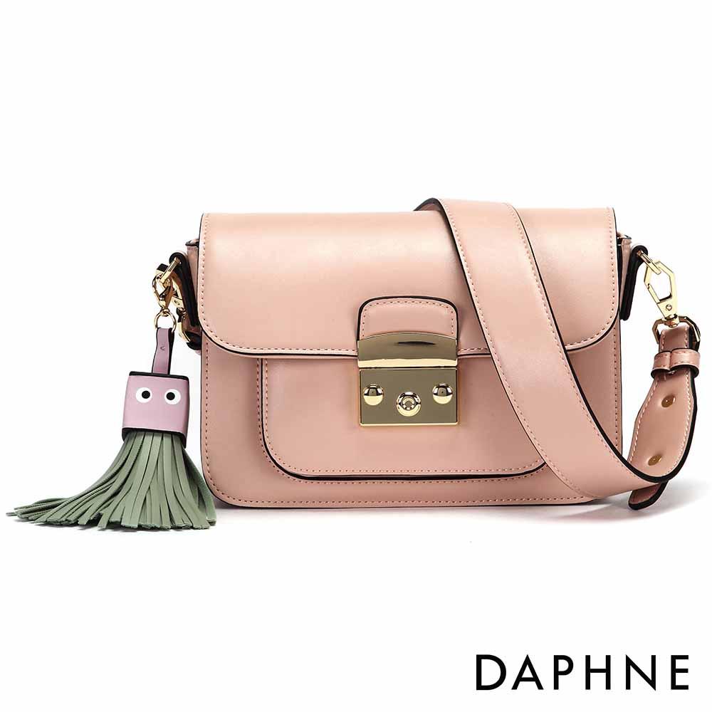 達芙妮DAPHNE-方塊表情流蘇寬背帶小方包-淺粉