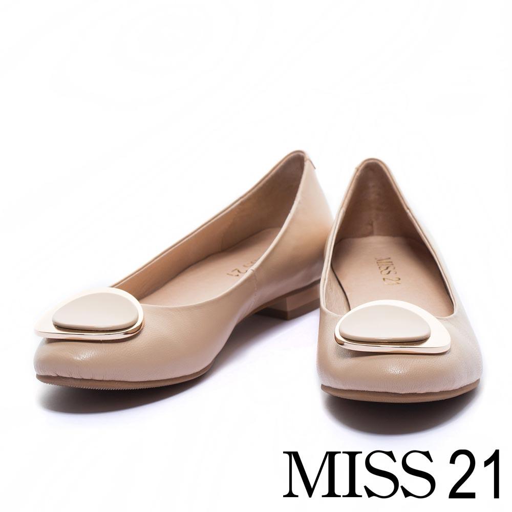 低跟鞋 MISS 21時尚經典金屬飾釦羊皮低跟鞋-米