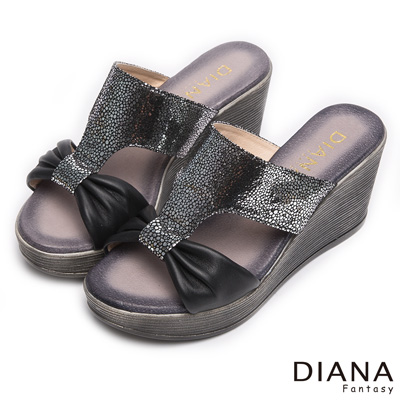 DIANA-摩登叢林-圓點抓皺蝴蝶真皮楔型涼鞋-黑x銀