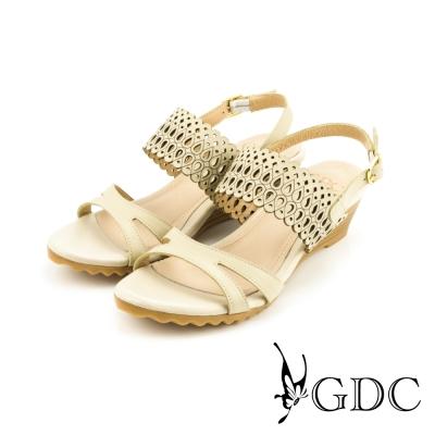 GDC-都會時尚沖孔側扣帶真皮楔型厚底一字低跟涼拖鞋-米杏色