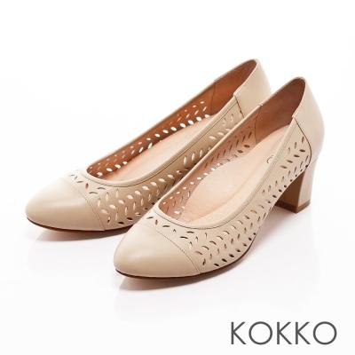 KOKKO- 尖頭雕花真皮舒壓粗高跟鞋-裸色