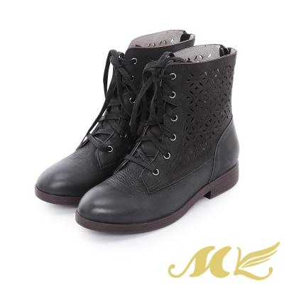 MK-全真皮-民俗雕花鏤空綁帶平底粗跟短靴-黑色