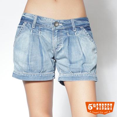 5th STREET 清甜休閒 打摺牛仔短褲-女款(重漂藍)
