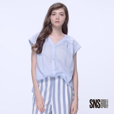 SNS 柔媚素面異材質拼接落肩V領襯衫(1色)