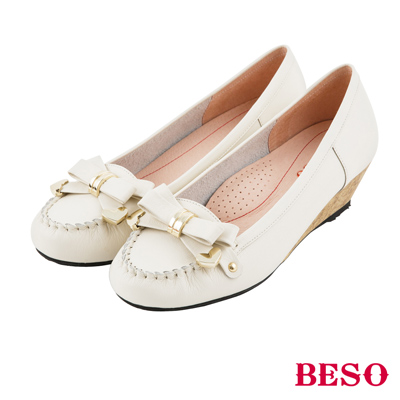 BESO 甜美俏麗 蝴蝶結金屬飾釦全真皮楔型鞋~米