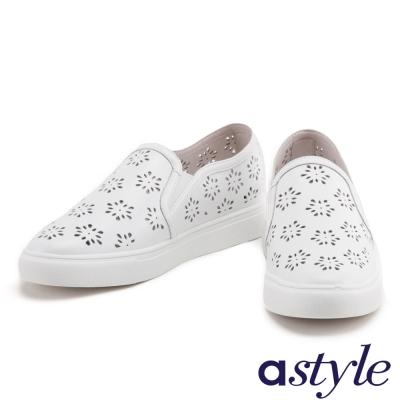 休閒鞋 astyle 雪花沖孔造型全真皮厚底休閒鞋-白