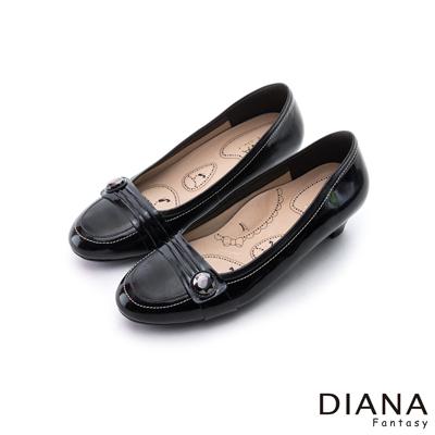 DIANA-漫步雲端布朗尼款-摺紋釦飾真皮低跟鞋-黑