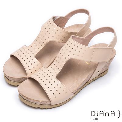 DIANA 樂活休閒--寬版沖孔真皮厚底楔形涼鞋 –米