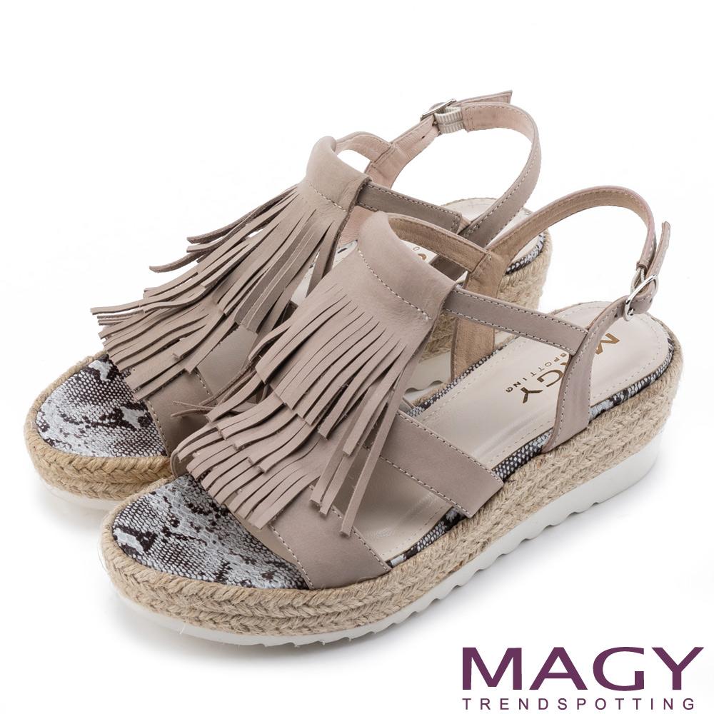 MAGY 復古風潮時尚 流蘇編織牛皮厚底涼鞋-灰色