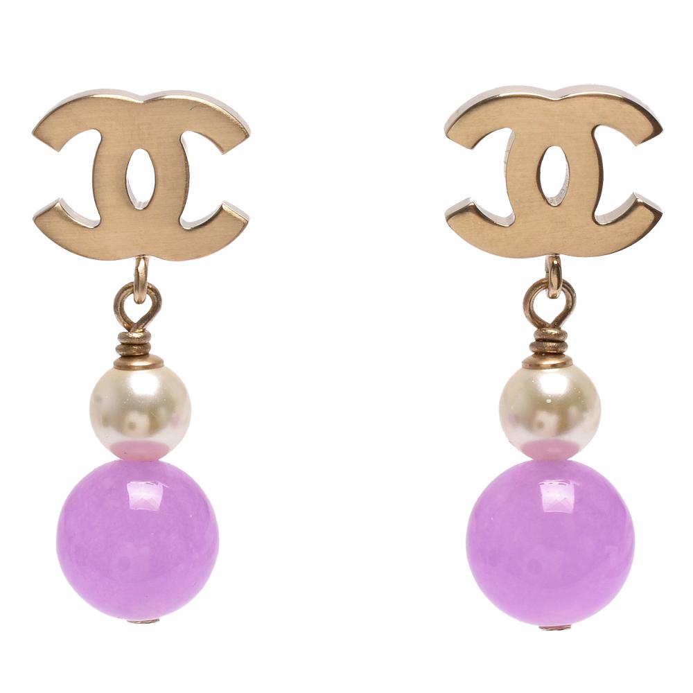 CHANEL 經典雙C造型珍珠琉璃墜飾穿式耳環(淡金-粉紫)