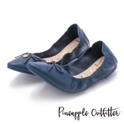 Pineapple Outfitter 個性時尚  蝴蝶結金屬圓牌尖頭娃娃鞋-深藍