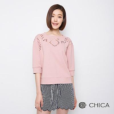 CHICA 甜美復古鏤空雕花設計上衣(2色)