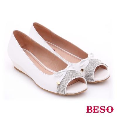 BESO-極簡風格-羊皮細帶蝴蝶水鑽低跟魚口鞋-白