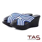 TAS 曲線條紋寬繫帶楔型厚底涼拖鞋-經典藍