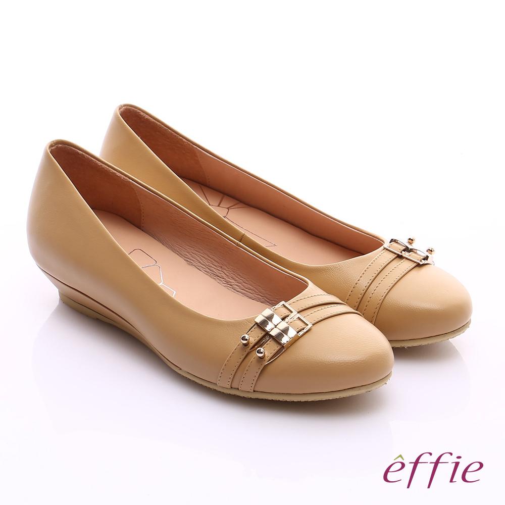 effie 繽紛舒適 羊皮金屬雙條帶楔型低跟鞋 卡其