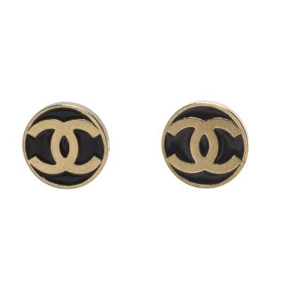 CHANEL 經典CC LOGO圓牌造型穿式耳環(黑X金)