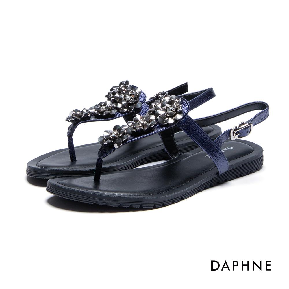 達芙妮DAPHNE 涼鞋-金屬立體花飾平底T字夾腳涼鞋-深藍