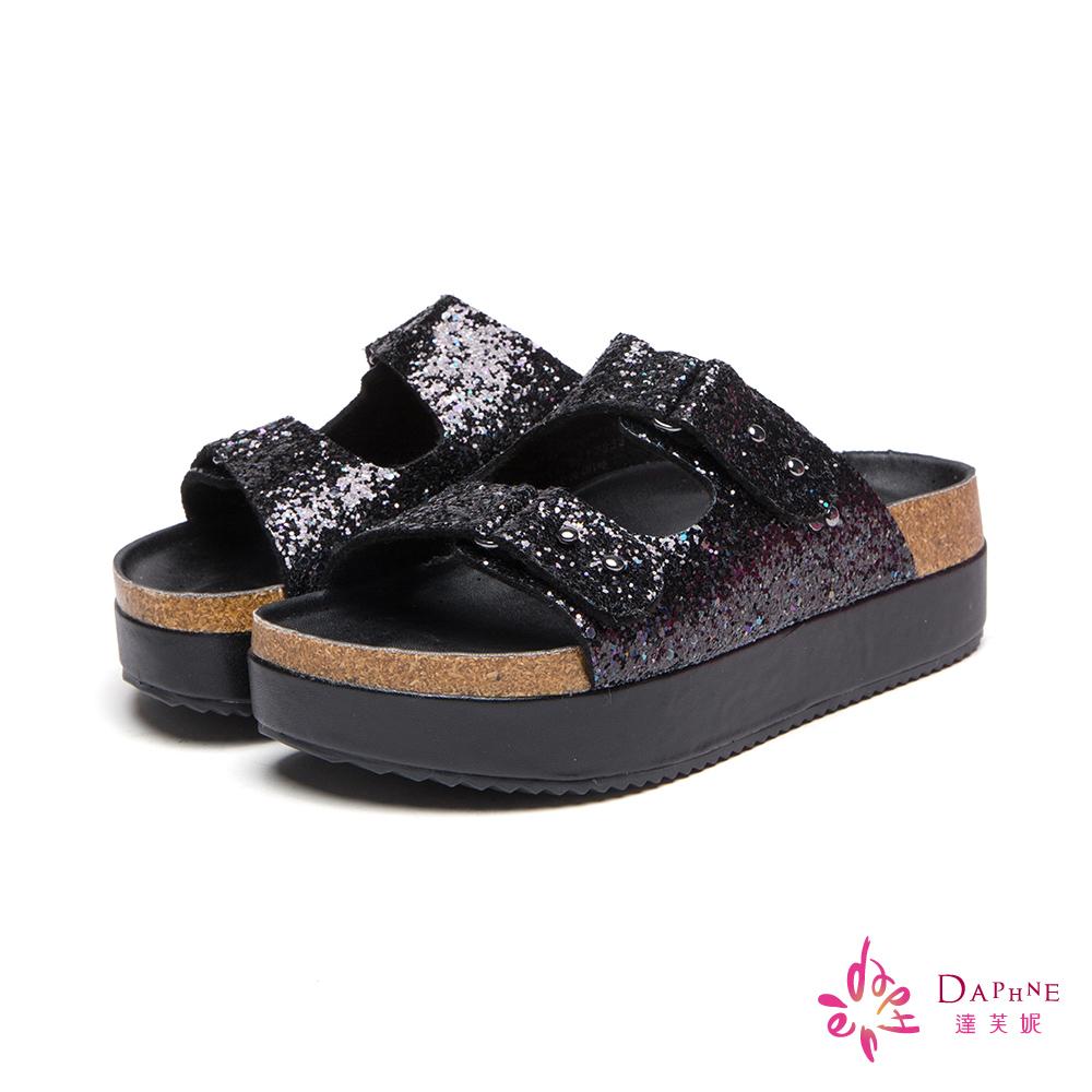 達芙妮DAPHNE 閃光亮片雙釦帶鬆糕厚底寬版拖鞋-璀璨黑