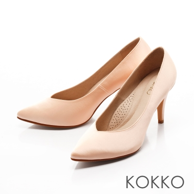 KOKKO-經典尖頭光感絲緞桃心口高跟鞋-杏仁膚