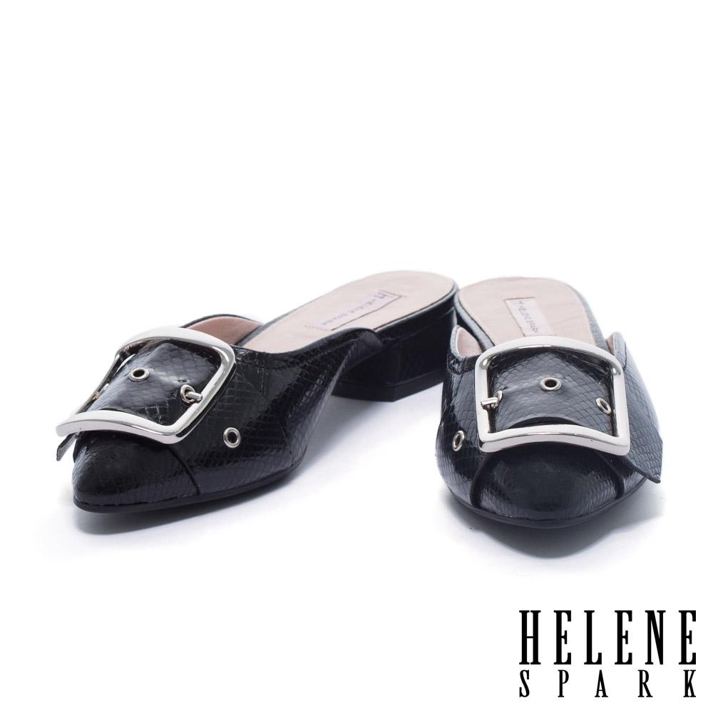 拖鞋 HELENE SPARK 時尚金屬大飾釦設計蛇紋牛皮尖頭低跟拖鞋-黑