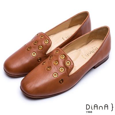 DIANA 經典原色--雙色感鉚釘裝飾百搭樂福鞋 –焦糖棕