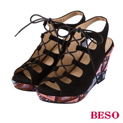 BESO 幾何花漾 交叉簍空後帶楔型涼鞋~黑