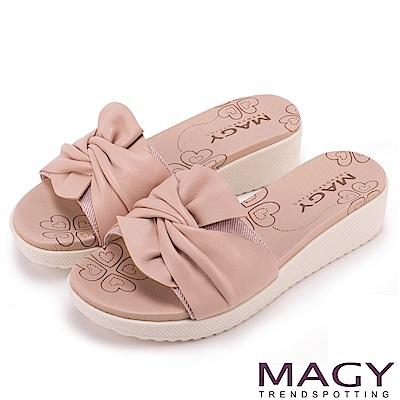 MAGY 夏日俏麗女孩 交叉抓皺設計感厚底拖鞋-粉紅