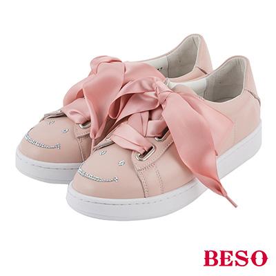 BESO  甜美玩味 寬版緞帶蝴蝶結笑臉燙鑽休閒鞋~粉紅