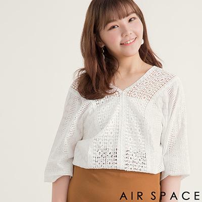 AIR SPACE PLUS 中大尺碼 V領鏤空燒花蕾絲棉麻上衣(白)