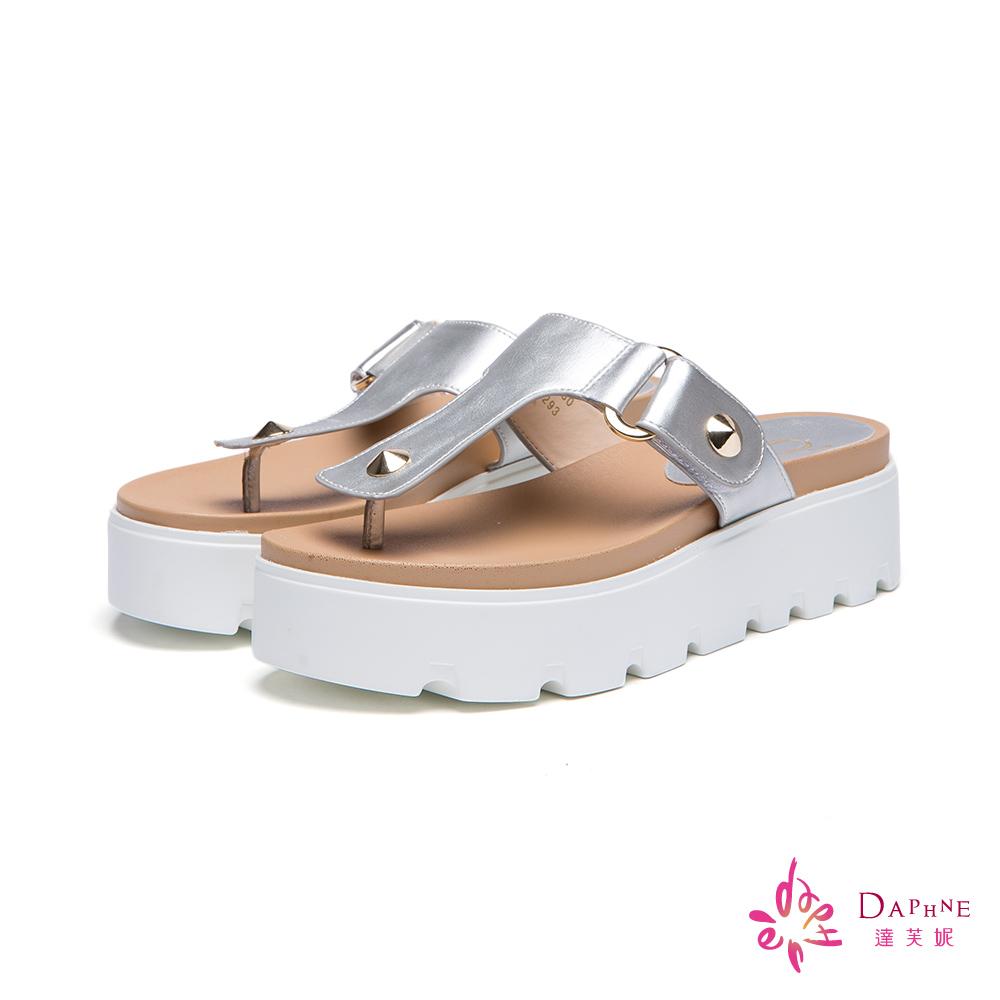 達芙妮x高圓圓 圓漾系列鉚釘厚底夾腳拖鞋-瀟灑銀8H