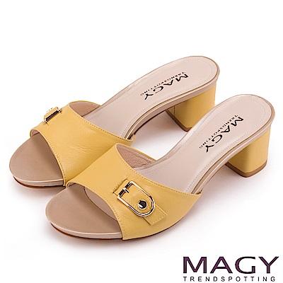 MAGY 時尚穿搭必備款 真皮一字釦環粗跟涼拖鞋-黃色