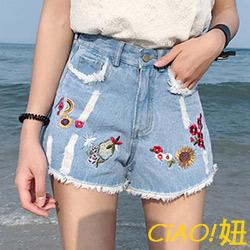 刺繡花朵刷破痕牛仔短褲 (共三色)-CIAO妞