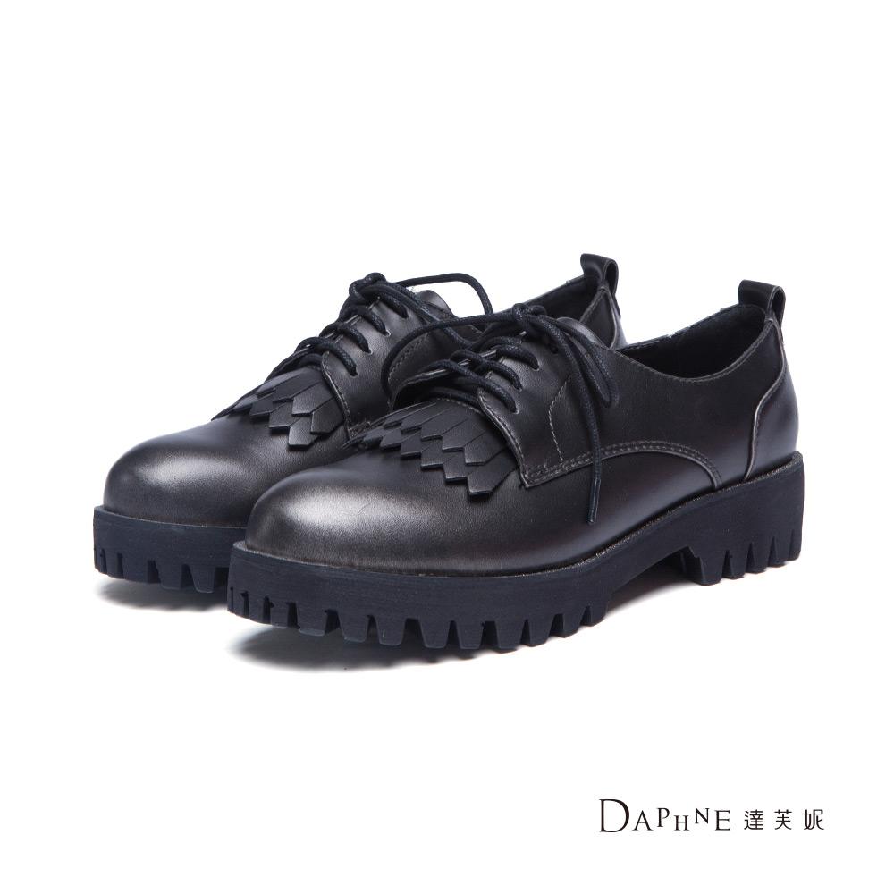 達芙妮DAPHNE 休閒鞋-金屬刷色流蘇鋸齒厚底牛津鞋-黑8H