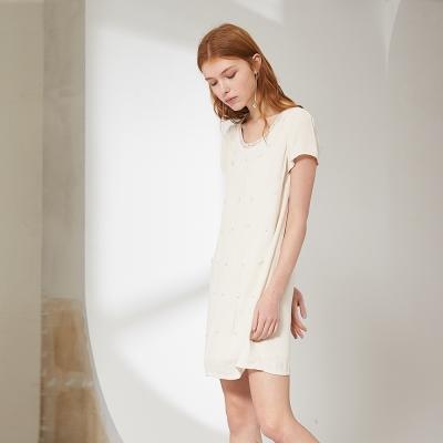 Chaber巧帛 氣質襯膚釘珠花飾簡約百搭時尚造型洋裝 兩色