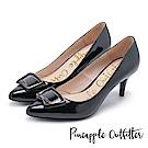 Pineapple Outfitter 都會名伶 品牌雷雕飾釦漆皮尖頭高跟鞋-黑色