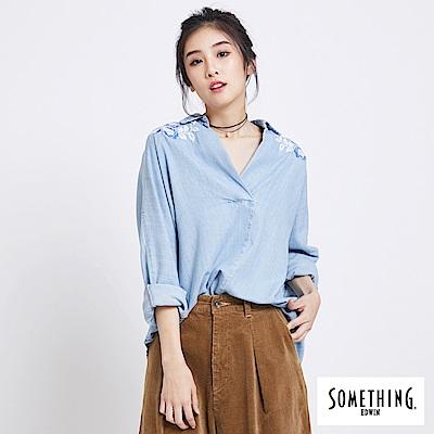 SOMETHING 牛仔花卉刺繡襯衫-女-漂淺藍