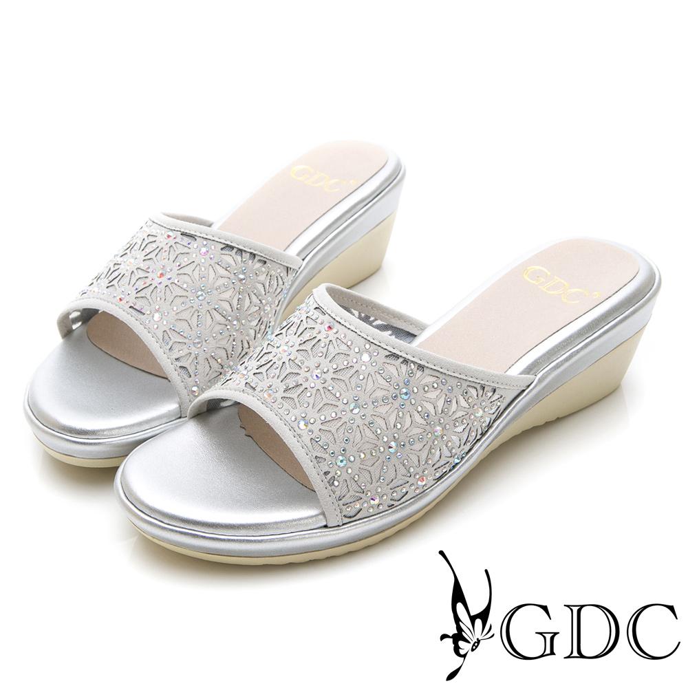 GDC-甜美花朵簍空亮面質感楔型拖鞋-灰色