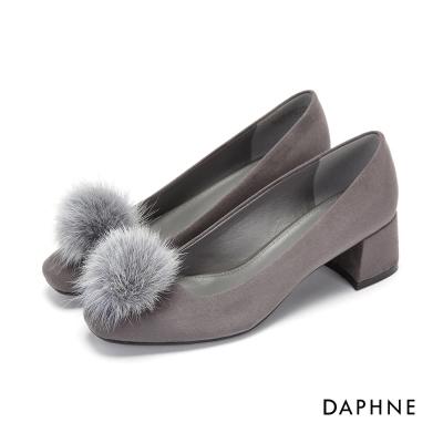 達芙妮DAPHNE 高跟鞋-絨面毛球素色粗中跟鞋-灰