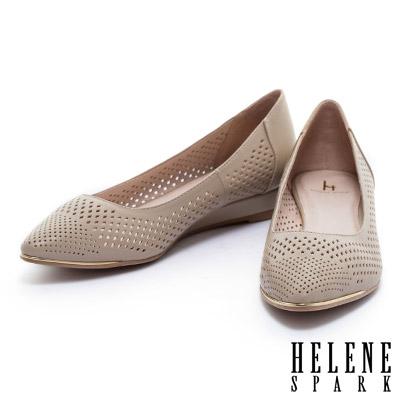 低跟鞋-HELENE-SPARK-金屬風數位沖孔羊皮尖頭楔型低跟鞋-米