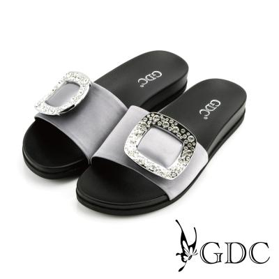 GDC-真絲緞面水鑽方形飾釦一字厚底拖鞋-槍灰色