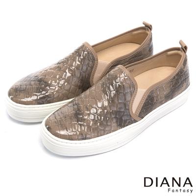 DIANA鱷魚壓紋鏡面懶人鞋-狂野叢林-可可