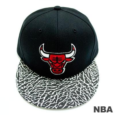 NBA-芝加哥公牛隊爆裂紋拼接可調式嘻哈帽-黑