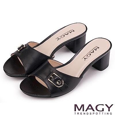 MAGY 時尚穿搭必備款 真皮一字釦環粗跟涼拖鞋-黑色