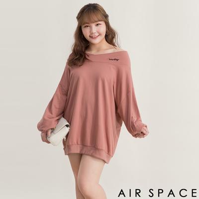 AIR SPACE PLUS 中大尺碼 字母刺繡露肩一字領洋裝(粉紅)
