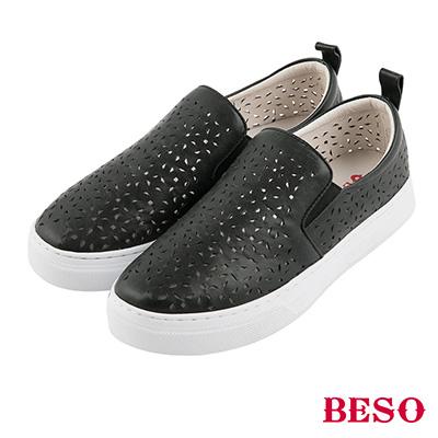 BESO 潮流同步 全真皮雕花沖孔鬆緊帶休閒鞋~黑