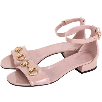 GUCCI 馬銜飾漆皮繫帶低跟涼鞋(粉耦色)