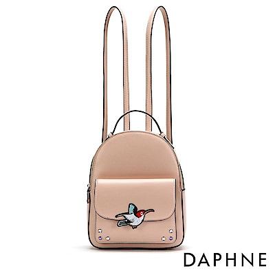 達芙妮DAPHNE-小鳥繡花徽章雙肩後背包-淺粉
