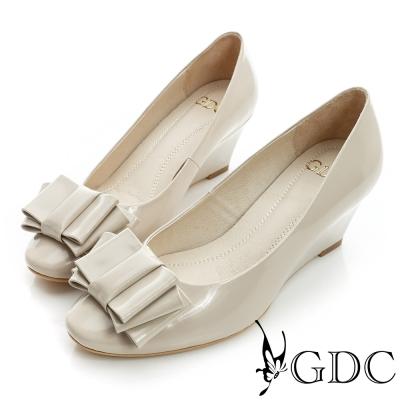 GDC都會-漆皮蝴蝶結造型楔型真皮中跟鞋-米杏色